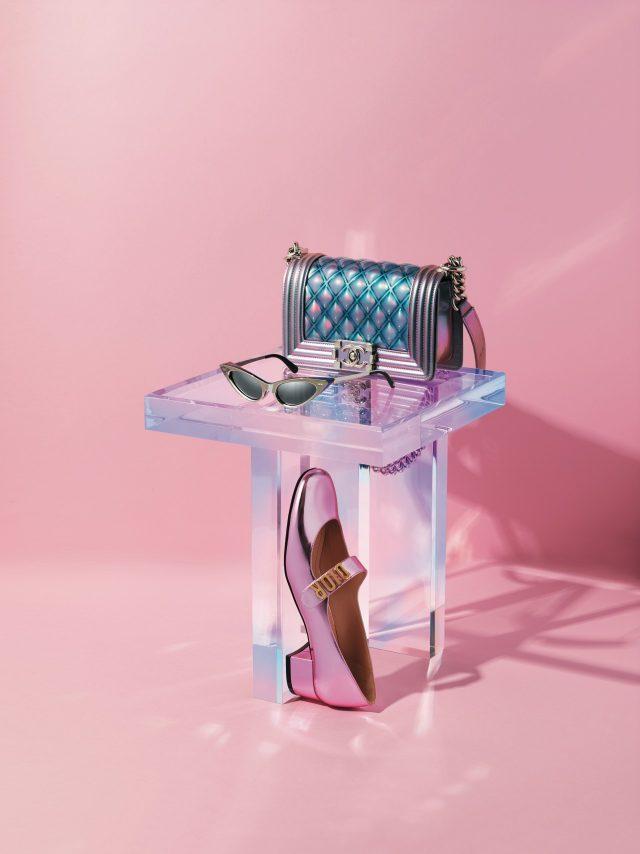 물방울을 연상케 하는 글로시한 디테일의 체인 백은 가격 미정으로 Chanel, 퓨처리스틱한 감성의 캐츠아이 선글라스는 79만원으로 Louis Vuitton, 로고 장식이 돋보이는 메리 제인 펌프스는 가격 미정으로 Dior 제품.