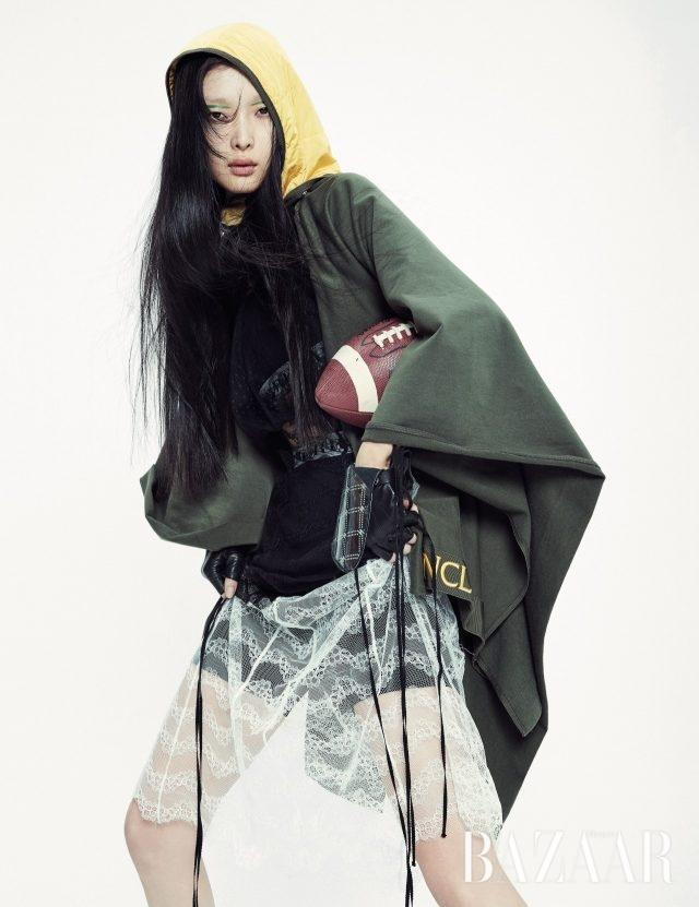 후디 케이프는 Moncler, 레이스 드레스, 이너로 매치한 브라 톱, 쇼츠는 모두 Burberry, 핑거리스 장갑은 Chanel 제품.
