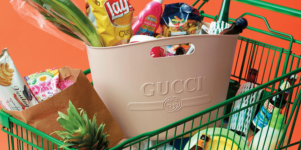 2018 S/S 시즌 플라스틱 소재의 활약에 주목할 것. 고무 재질과 쿨한 디자인이 조합된 그로서리 백을 들고 슈퍼마켓으로!