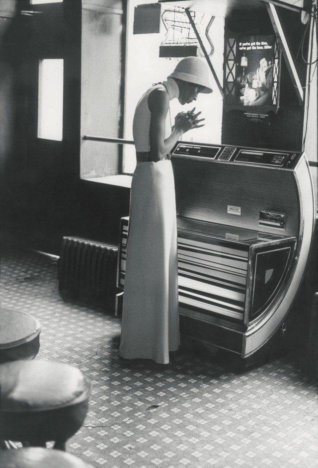 할스턴의 벨티드 드레스를 입고 있는 모델 나오미 심스.