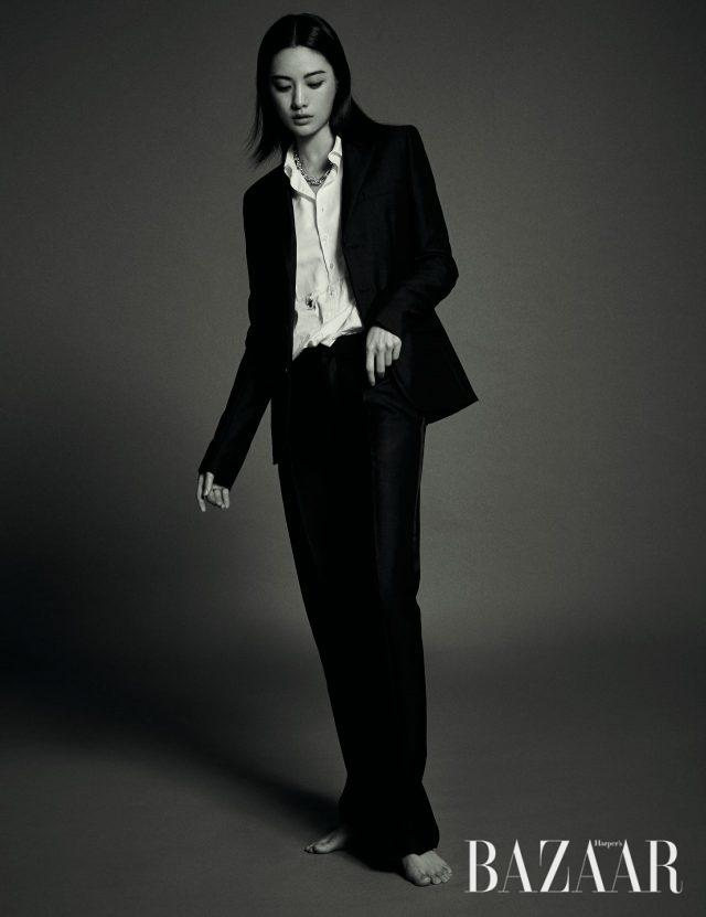 화이트 셔츠, 보이프렌드 피트의 재킷, 팬츠는 모두 Dior, 링크 디테일의 목걸이는 Tiffany & Co. 제품.