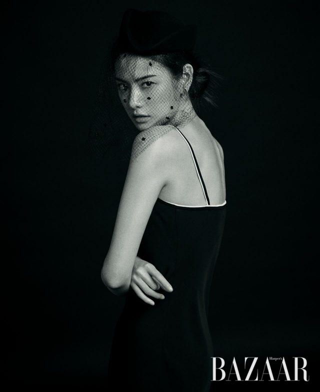 슬립 드레스는 Theory, 필박스 모자는 Nina Ricci, 미니멀한실버 귀고리는 Lvir 제품.