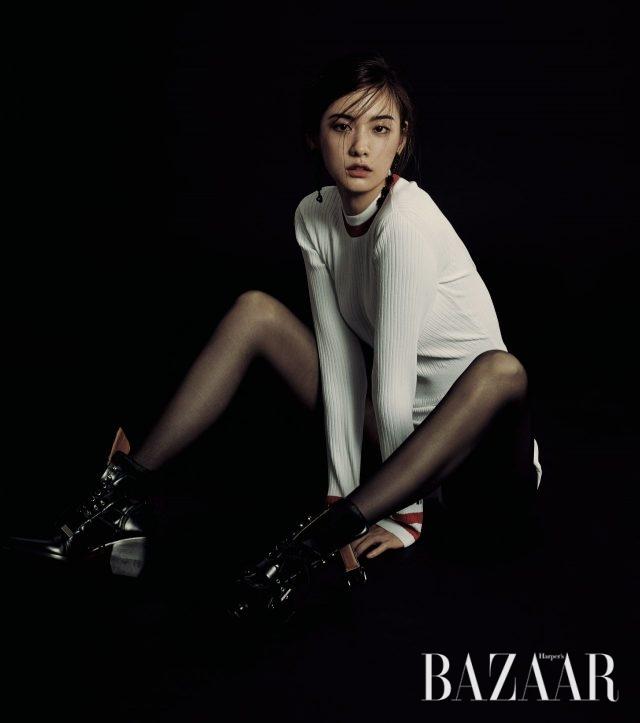 니트 소재의 보디수트는 Valentino, 드롭 귀고리는 Andersson Bell × eeyunmi, 레이스업 부츠는 Chloé 제품.
