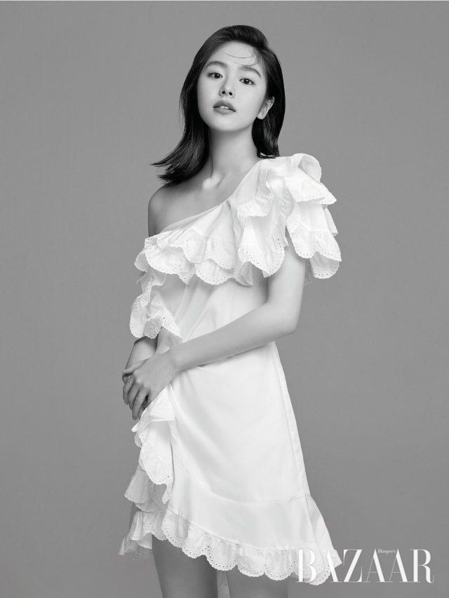 아일릿 러플이 장식된 코튼 미니 드레스는 Isabel Marant by Mue, 체인 반지는 X Te 제품.