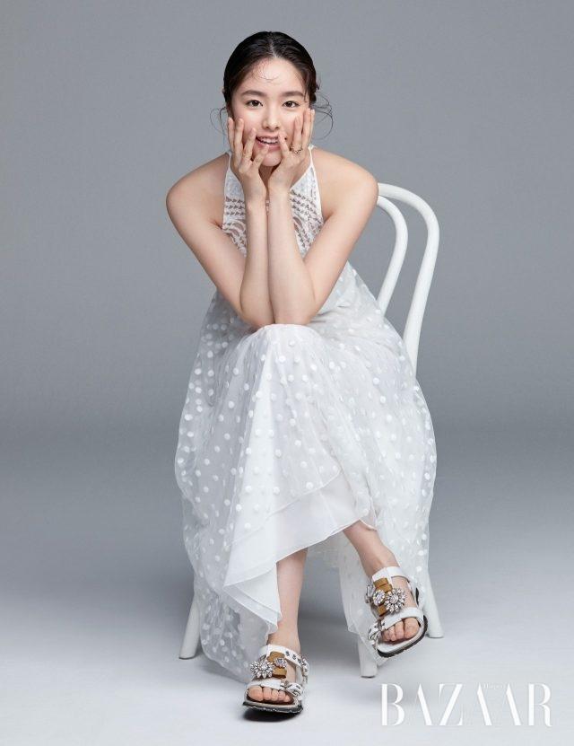 화이트 도트 레이스 드레스는 Longchamp, 주얼 장식 샌들은 Miu Miu, 롱 체인 귀고리, 체인 반지는 모두 X Te, 크리스털이 세팅된 체인 반지는 Jem & Pebbles 제품.