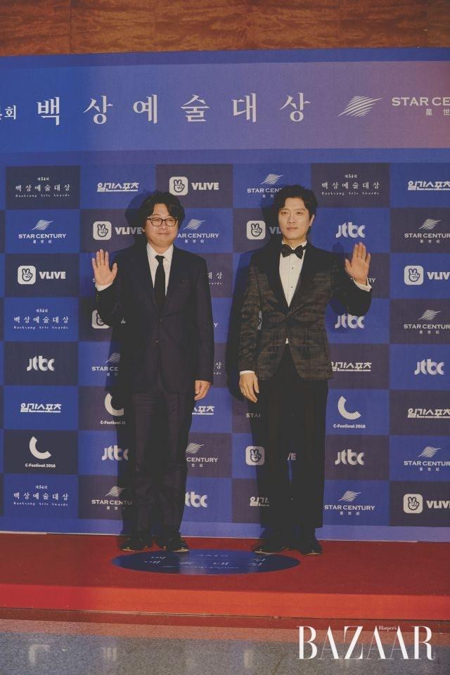 영화 '1987'의 두 주역. 김윤석, 박희순의 깜찍한(?) 인사.