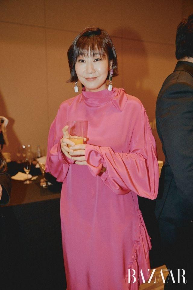 사랑스러운 핫 핑크 드레스를 완벽히 소화한 라미란.