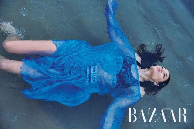 레이스 소재의 오프숄더 드레스는 92만8천원으로 Push Button, 스포티한 브라 톱은 32만원으로 Burberry, 스트라이프 패턴의 브리프는 가격 미정으로 Dior,귀고리는 Hermès 제품.