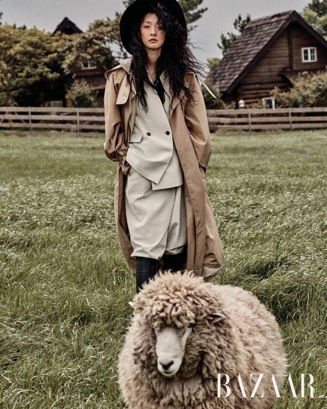 Céline, 루스한 실루엣의 수트는 Stella McCartney, 라피아 모자는 42만원으로 Helen Kaminski, 라이더 부츠는 Hermès 제품.
