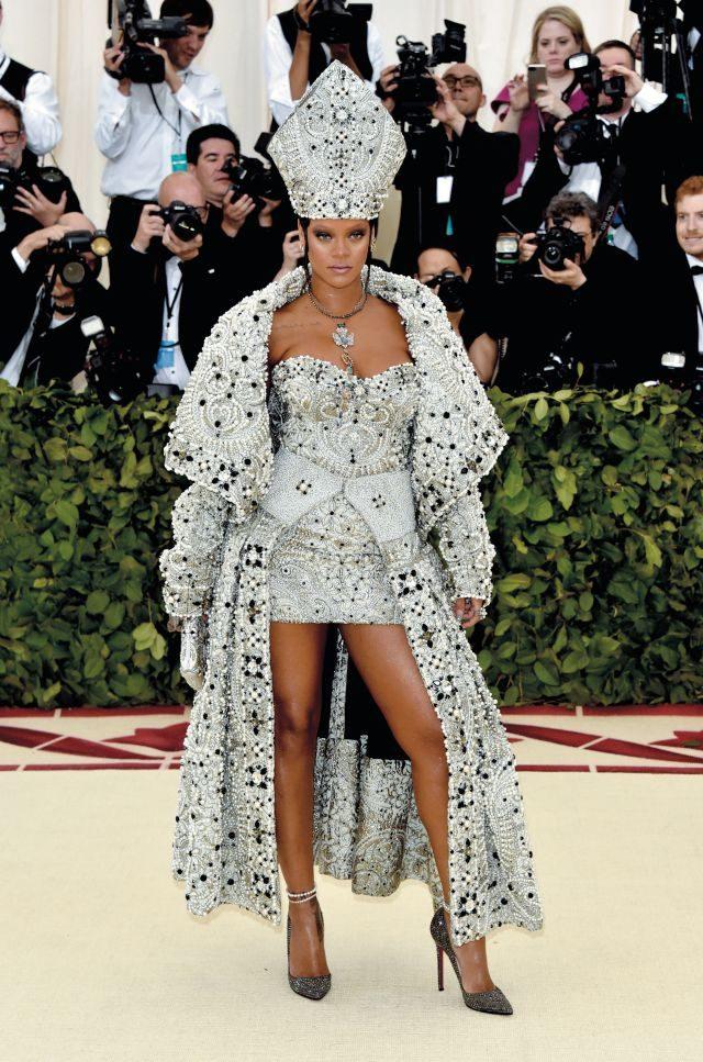존 갈리아노가 디자인한 메종 마르지엘라의 아티즈널 컬렉션 드레스와 까르띠에의 주얼리, 크리스찬 루부탱의 슈즈로 디바계의 교황으로 등극한 리아나.