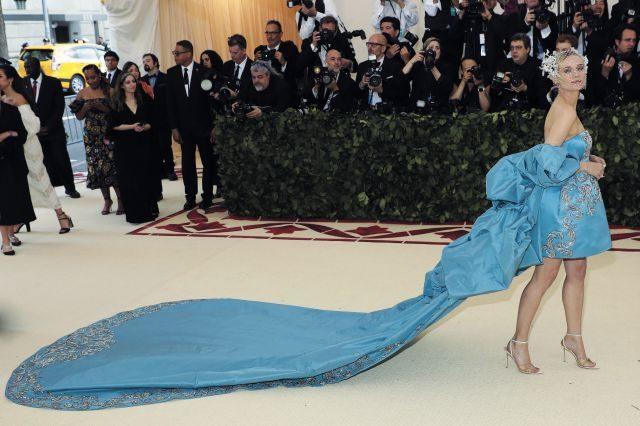 성모마리아를 상징하는 블루 컬러의 프라발 구룽 드레스와 타사키와 협업한 필립 트리시 헤어 피스, 타사키 아틀리에의 귀고리를 선택한 다이앤 크루거.