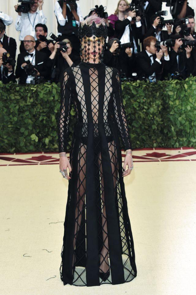 디올 오트 쿠튀르의 카리스마 넘치는 시스루 드레스와 유니크한 디자인의 헤드 피스를 선택한 카라 델레바인.