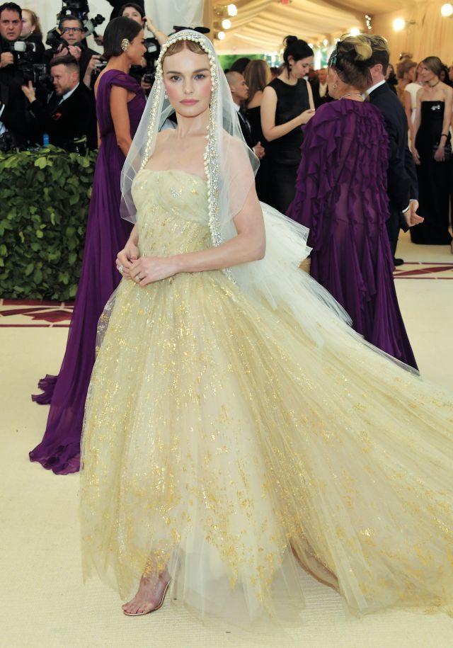 오스카 드 라 렌타의 우아한 베일과 드레스로 순결무구한 성모마리아의 모습을 보여준 케이트 보스워스.