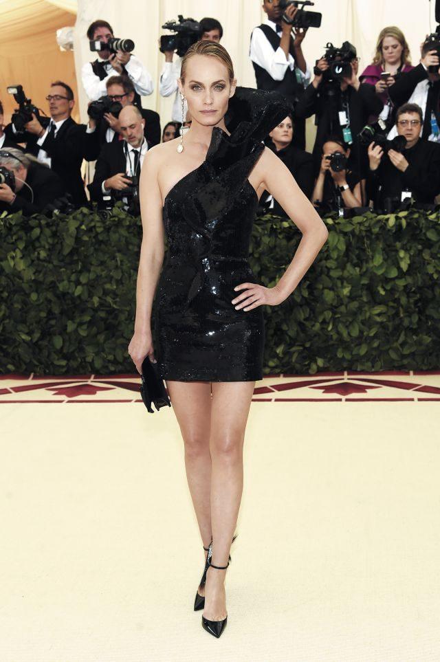 생 로랑의 관능미 넘치는 블랙 미니 드레스로 건재함을 과시한 앰버 발레타.