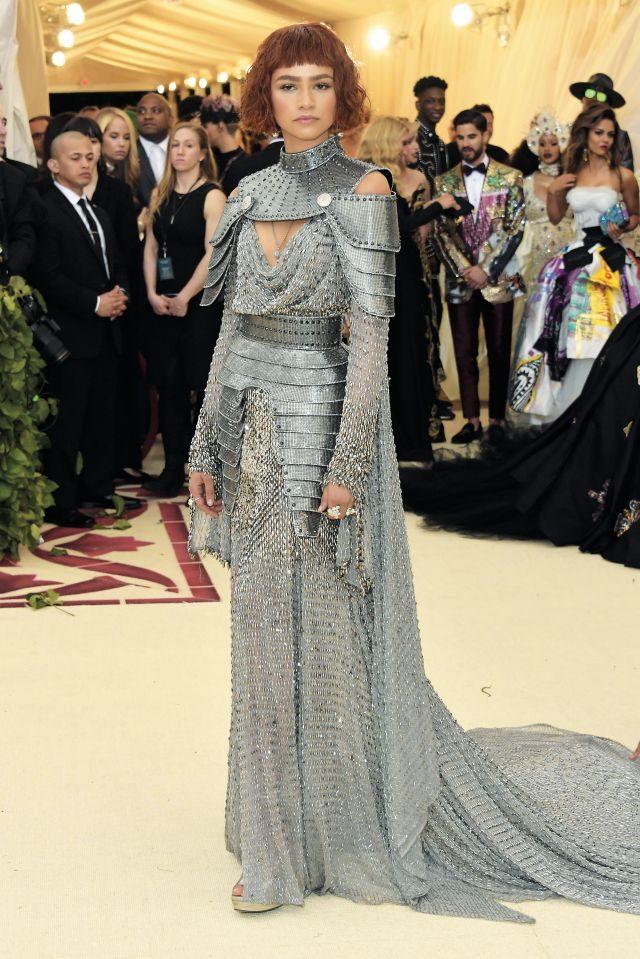 21세기에 환생한 잔 다르크, 젠다야는 아틀리에 베르사체의 갑옷 드레스와 티파니의 볼드한 주얼리로 무장했다.