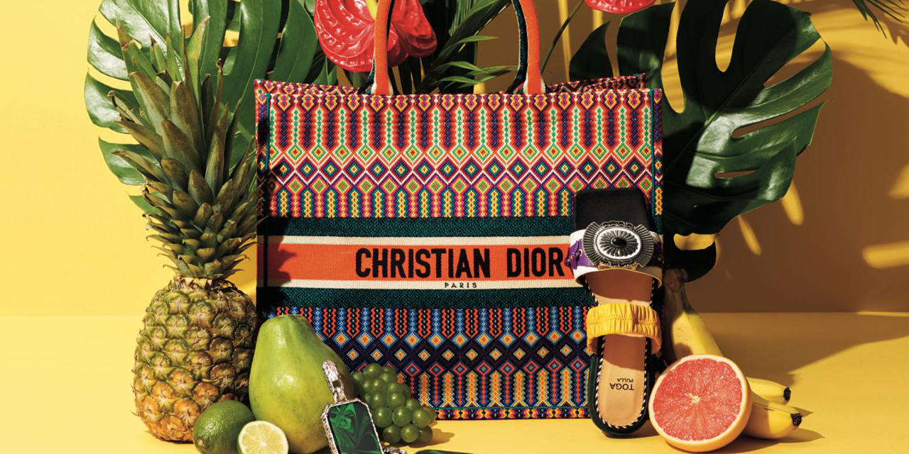 강렬한 패턴과 컬러로 이국적인 정취를 더한 서머 컬렉션.