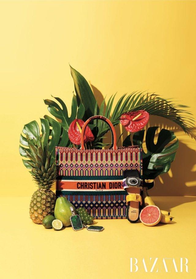 이국적인 패턴과 로고 장식이 돋보이는 토트백은 295만원으로 Dior, 이그조틱한 펜던트를 장식한 샌들은 63만원으로 Toga Pulla by Mue, 사각 형태의 볼드한 귀고리는 100만원대로 Balenciaga 제품.