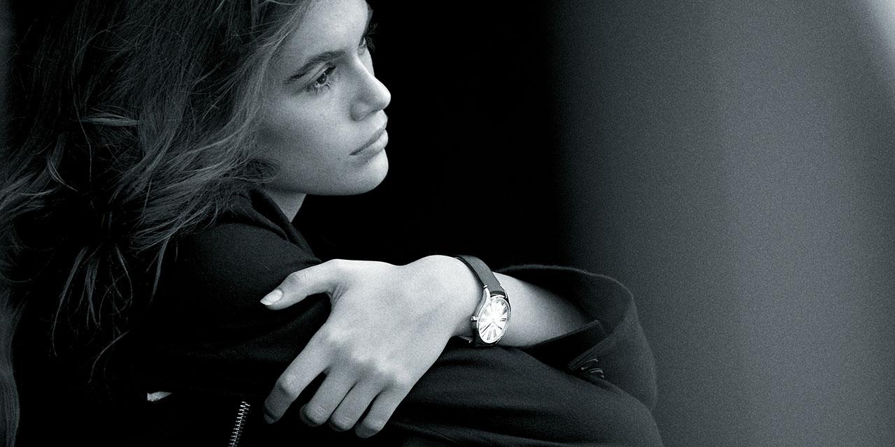 패션계의 떠오르는 샛별, 카이아 거버가 베를린의 밤을 환하게 밝혔다.  그녀와 함께한 오메가의 새로운 여성 시계, '트레저(Trésor) 컬렉션' 론칭 이벤트 현장 속으로.