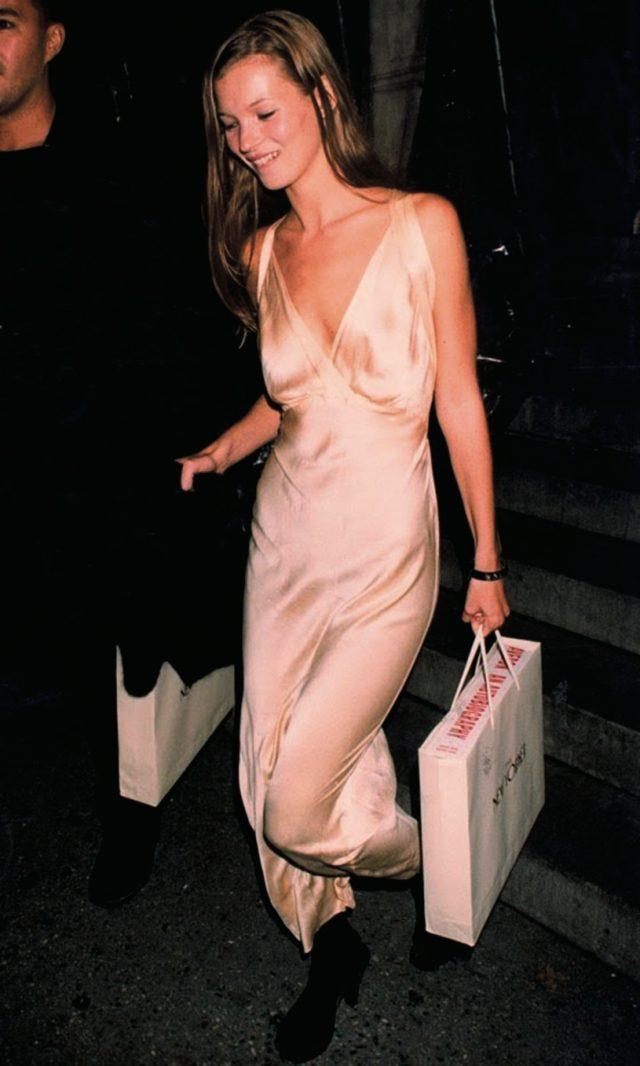 케이트 모스의 청초한 슬립 드레스 룩.