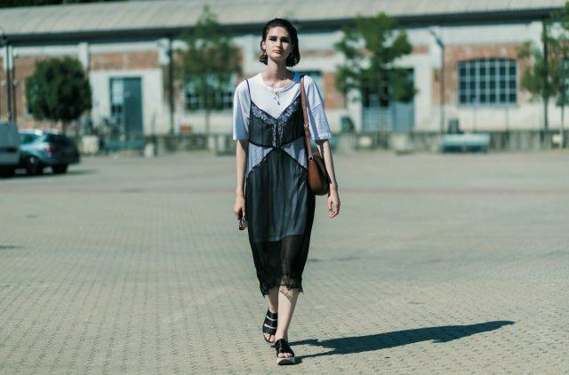란제리 같은 시어한 슬립 드레스에 티셔츠를 매치했다.