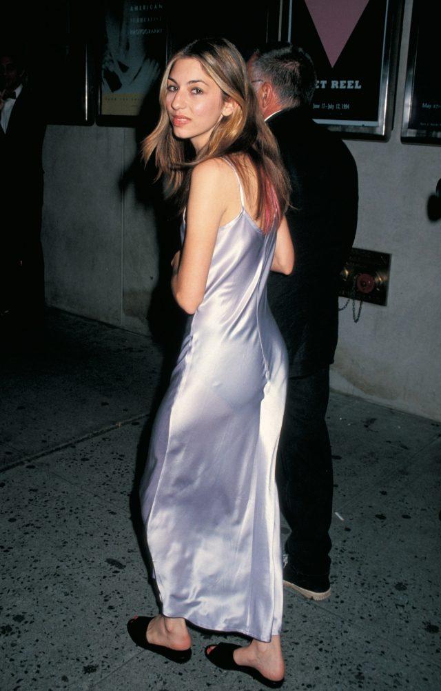 라일락 컬러의 슬립 드레스를 입은 1990년대의 소피아 코폴라.