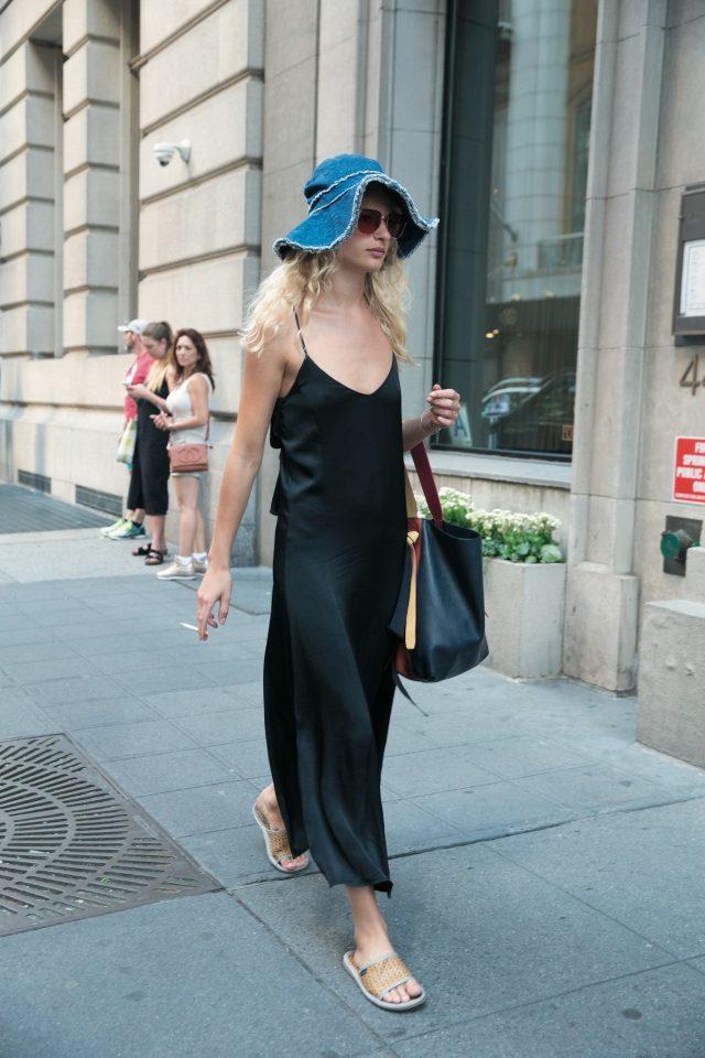 긴 슬립 드레스에 캐주얼한 모자와 통을 매치한 모델 프레데리케 소피.