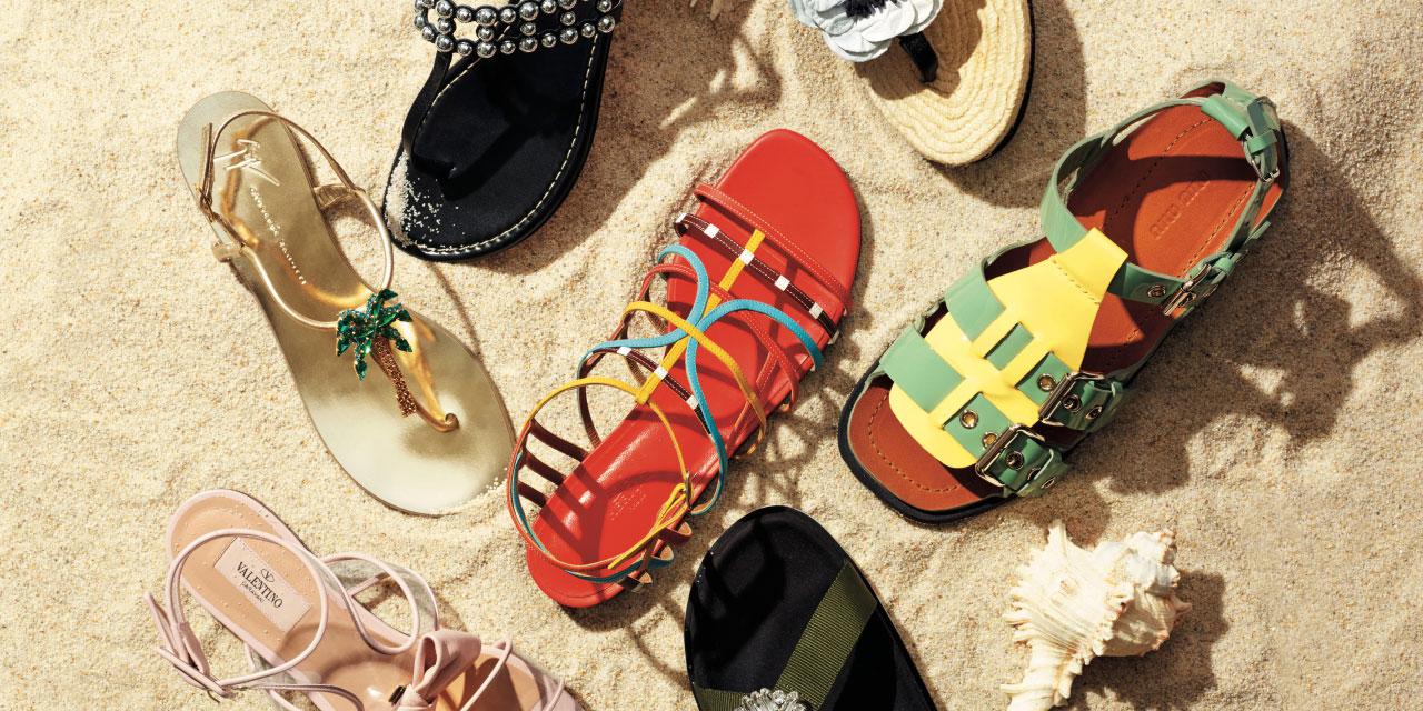 발끝에 경쾌함을 더해줄 다채로운 디자인과 디테일의 뉴 플랫 샌들.
