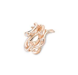손가락을 감싸 안는 장미 줄기에서 영감 받은 'Bois de Rose' 링은 Dior Fine Jewelry 제품.