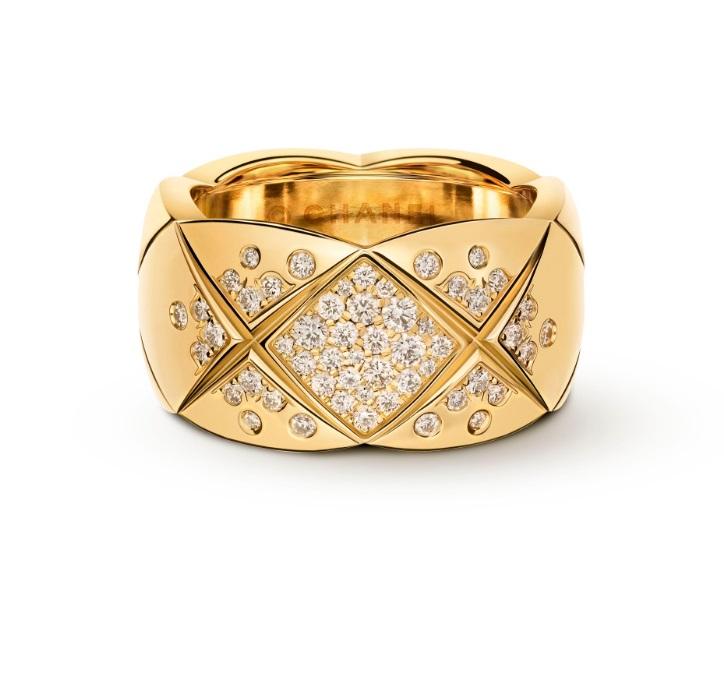 옐로우 골드와 다이아몬드로 이루어진 퀄팅 모티브 코코 크러쉬 반지는 Chanel Fine Jewelry 제품.