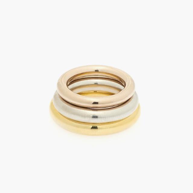 각각 다른 컬러가 세트로 이루어진 반지는 Charlotte Chesnais by BOONTHESHOP 제품.