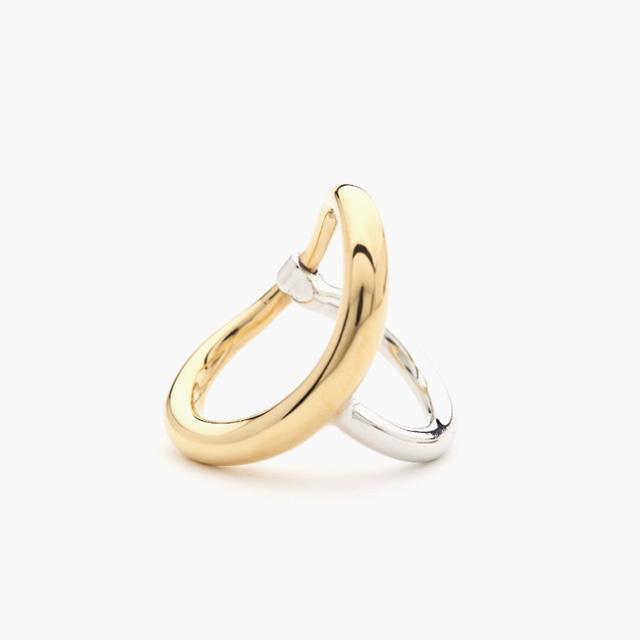 구조적인 디자인의 반지는 Charlotte Chesnais by BOONTHESHOP 제품.