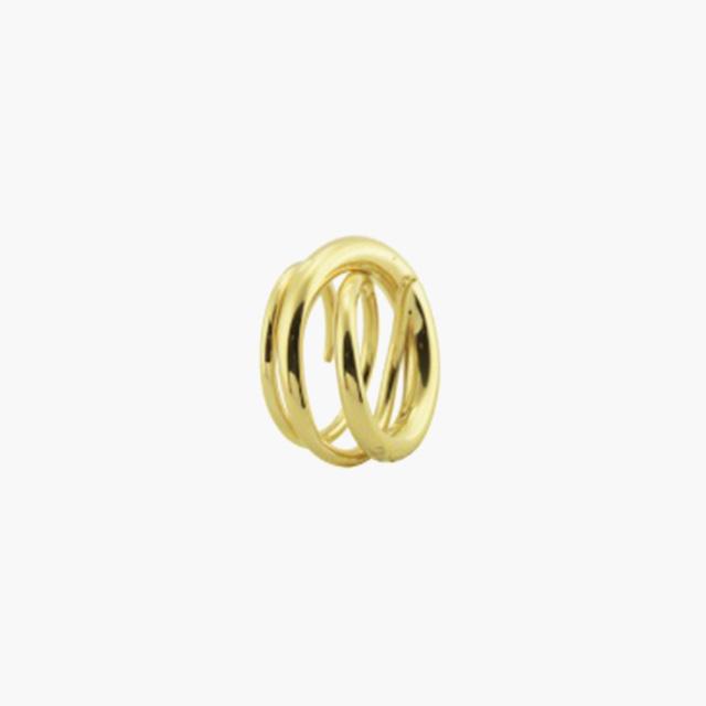 유려한 선이 손을 감싸는 디자인의 반지는 Charlotte Chesnais by BOONTHESHOP 제품.