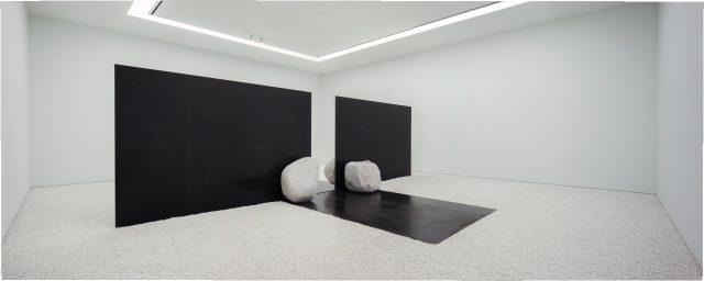 이우환, '관계항-좁은 문', 2015