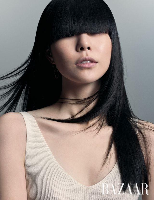 슬리브리스 톱은 H&M, 귀고리는 스타일리스트 소장품.