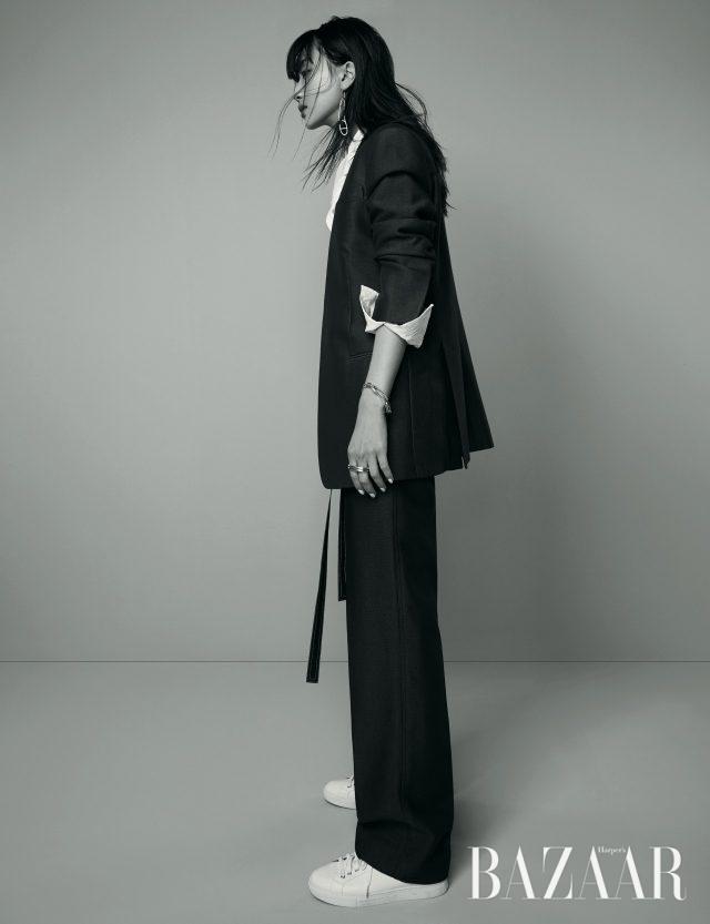 화이트 셔츠는 99만원으로 Loewe, 칼라리스 재킷, 벨티드 와이드 팬츠는 모두 가격 미정으로 Céline,클립 모티프의 실버 귀고리, 팔찌, 반지는 모두가격 미정으로 Hermès, 스니커즈는 18만원대로Polo Ralph Lauren 제품.