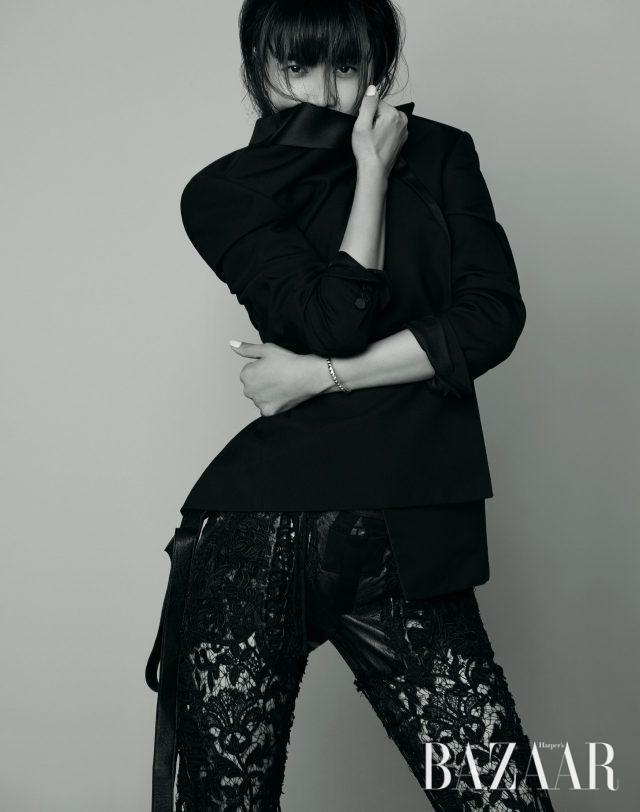 턱시도 재킷, 레더 디테일의 레이스 팬츠는 모두 가격 미정으로 Saint Laurent by Anthony Vaccarello, 실버 팔찌는 34만5천원으로Thomas Sabo 제품.
