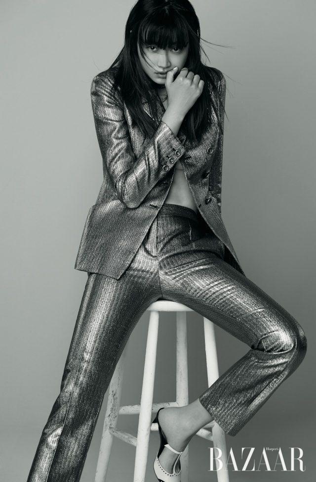 더블 버튼 재킷, 팬츠는 모두 가격 미정으로 Dior, 윙팁 디자인의 뮬은 100만원대로 Dior 제품.