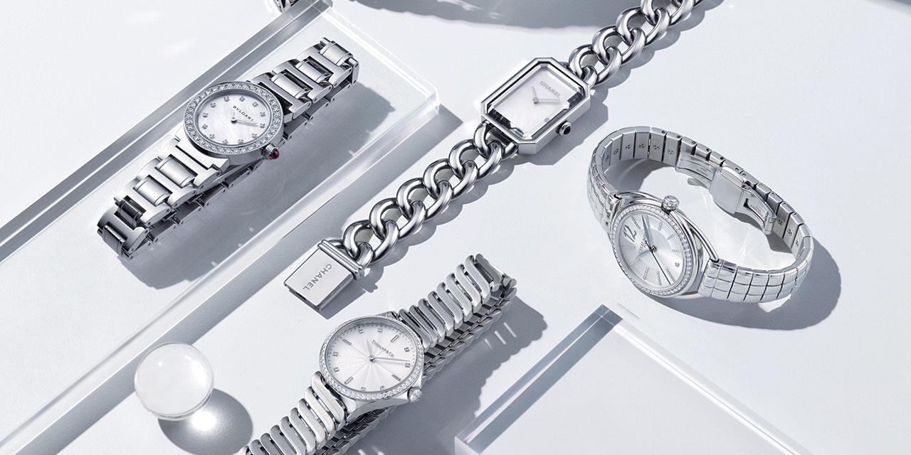 서머 스타일에 모던하고 세련된 터치와 청량감을 불어넣는 스틸 브레이슬릿 시계들.
