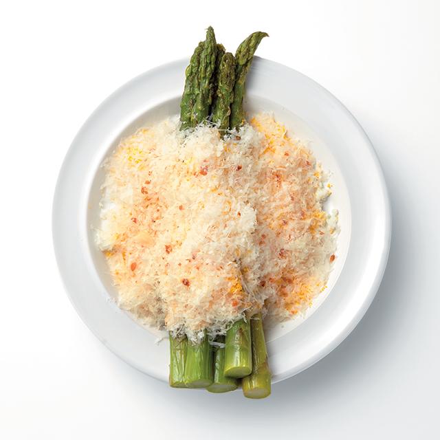 치즈 슈레드, 베이컨 크럼블을 덮은 아스파라거스