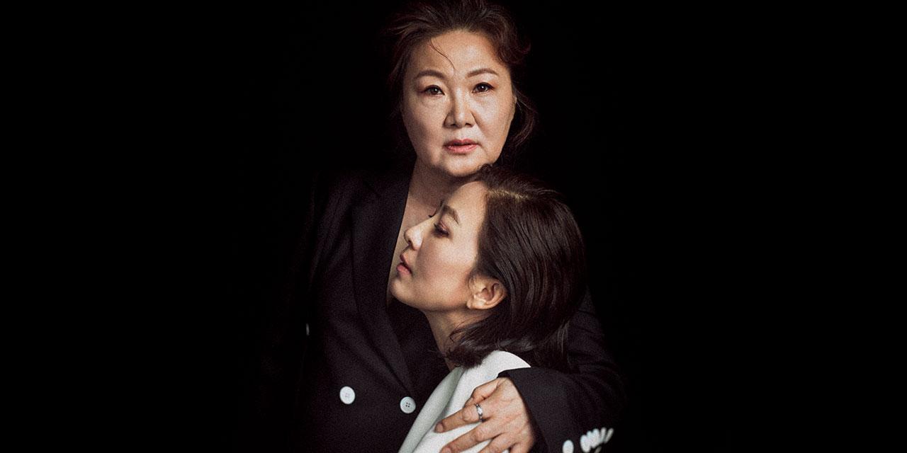 민규동 감독의 신작 '허스토리'는 아픈 역사 속에 묻혀져 있던 작은 승리의 기억을 꺼내놓는다. 지난 한 철을 이 영화와 함께 뜨겁게 보낸 배우 김희애와 김해숙이 신중하고도 천진한 어조로 자신들의 이야기를 들려주었다.
