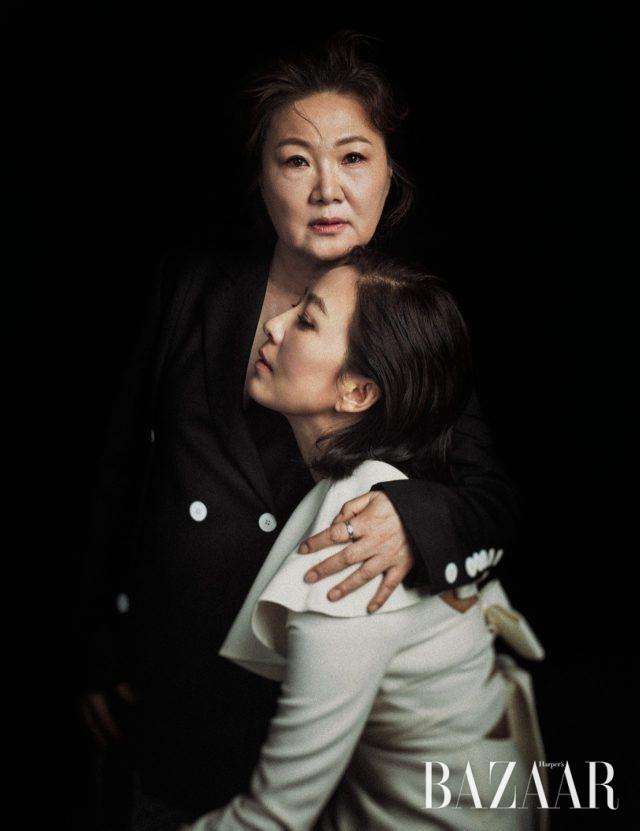 김해숙이 입은 슬릿 디테일 재킷은 Eudon Choi, 김희애가 입은 케이프 디테일 미니 드레스는 Valentino 제품.