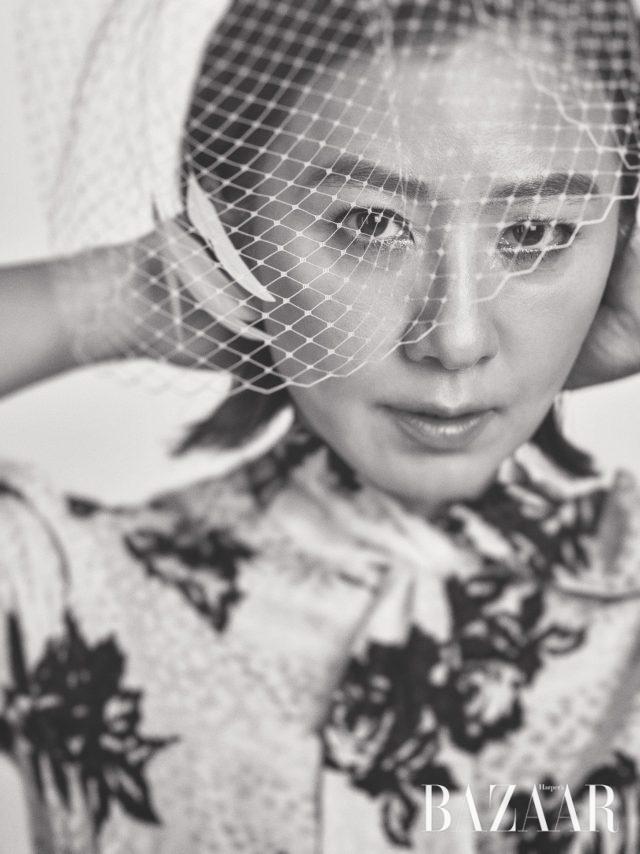 플라워 프린트의 실크 드레스는 Miu Miu, 베일 디테일 모자는 Bijou Van Ness by The Queen Lounge 제품.