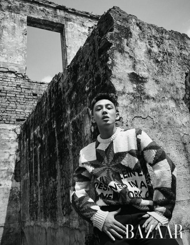 엠브로이더리 처리된 퀼트 스웨터, 사이드 밴드 디테일의 클래식한 팬츠는 모두 CALVIN KLEIN 205W39NYC 제품.
