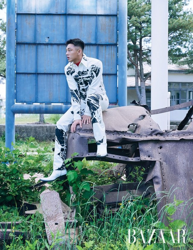 205 레드 터틀넥, 1964년 앤디 워홀의 'Flowers' 작품이 프린트된 데님 셔츠와 팬츠, 앞코에 메탈 장식이 달린 웨스턴 부츠는 모두 CALVIN KLEIN 205W39NYC, 이어커프는 Portrait Report 제품.