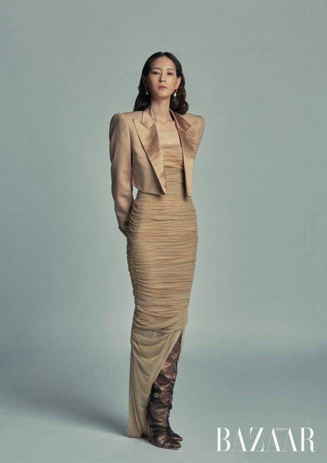 재킷, 드레스는 모두 Tom Ford, 귀고리는 Numbering, 슈즈는Off White×Jimmy Choo 제품.