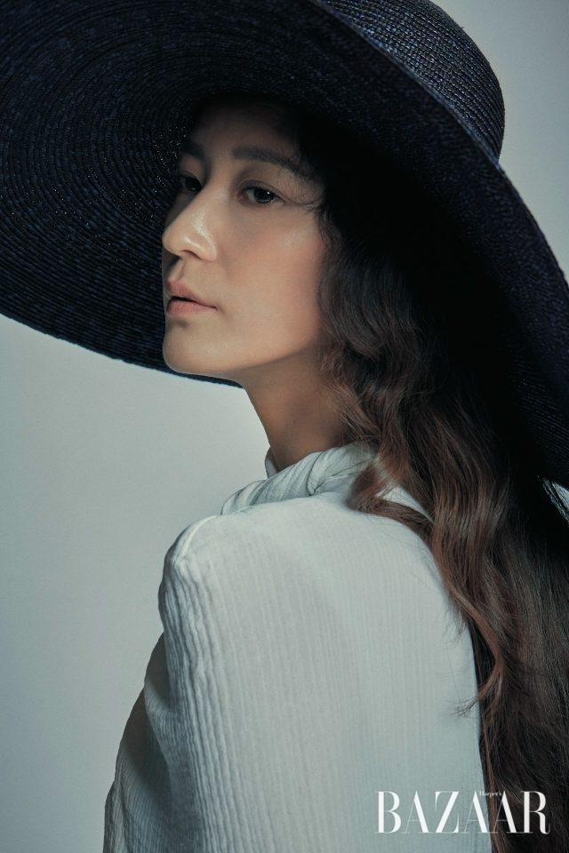 원피스는 Nina Ricci, 라피아 모자는 Shinjeo.