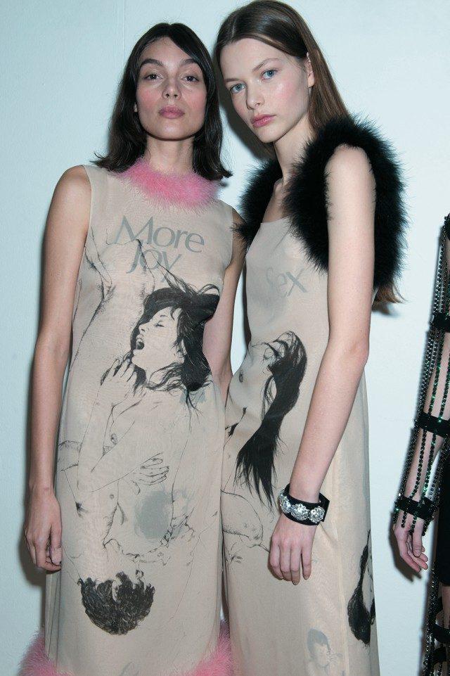크리스포터 F. 포스의 에로틱한 일러스트를 담은 드레스 룩.