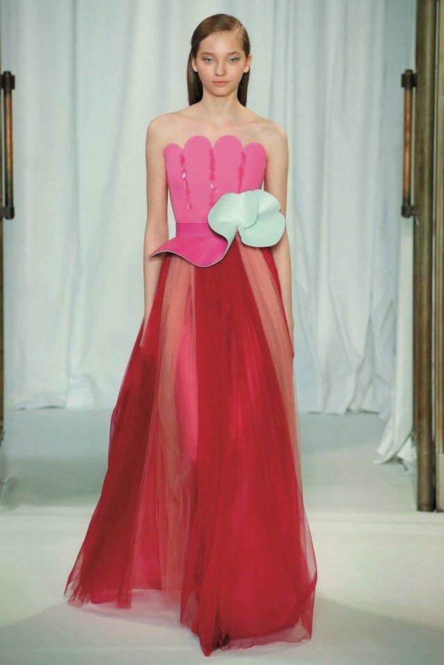 우아한 드레스에 드라마틱함을 주입시킨 꽃 모양 가죽 벨트의 힘.