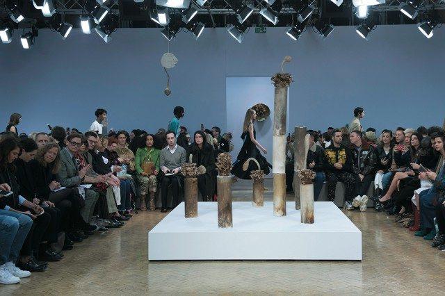 쇼 중간에 자리한 마틴 벨루의 버섯 조각품들.