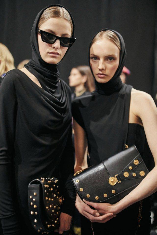 1990년대 무드의 블랙 보디컨셔스 드레스를 입은 모델들.